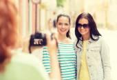 Lächelnd teenager mit kamera — Stockfoto