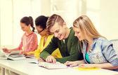 教科書や学校で本を持つ学生 — ストック写真