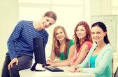 Grupo de estudiantes sonrientes discutiendo — Foto de Stock