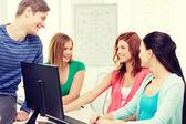 Skupina usmívající se studenty, kteří diskuse — Stock fotografie