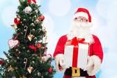 Adam Noel Baba kostümlü hediye kutusu ile — Stok fotoğraf