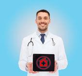 Uśmiechnięty mężczyzna lekarz z komputera typu tablet — Zdjęcie stockowe