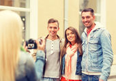 Group of smiling friends taking photo outdoors — Stock Photo