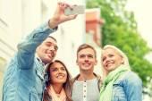 Grup gülümseyen arkadaşlar açık havada selfie yapma — Stok fotoğraf