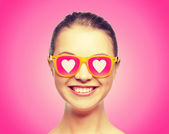 Smiling teenage girl in pink sunglasses — Stock Photo