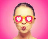 Girl in pink sunglasses blowing kiss — Foto de Stock