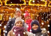 Lycklig familj utomhus — Stockfoto