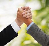 руки двоих армрестлинга — Стоковое фото
