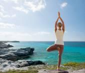 Jovem mulher fazendo exercícios de ioga ao ar livre — Foto Stock
