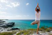 Young man making yoga exercises outdoors — Stock fotografie