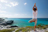 Young man making yoga exercises outdoors — Foto Stock