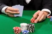 カードやチップを置くカジノでポーカー プレーヤー — ストック写真