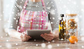 Close up of woman reading recipe from tablet pc — Stockfoto