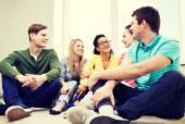 Beş gülümseyen gençler evde eğlenmek — Stok fotoğraf