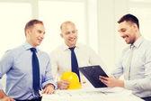 Szczęśliwy zespół architektów i projektantów w biurze — Zdjęcie stockowe