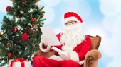 Man in costume of santa claus with letter — Foto de Stock