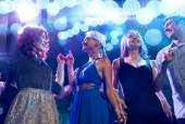 Улыбчивые друзья, танцующие в клубе — Стоковое фото