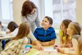 Grup okul çocukları sınıfta test yazma — Stok fotoğraf