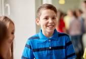 Group of smiling school kids in corridor — Zdjęcie stockowe
