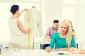 Usmívající se módní návrháři pracující v kanceláři — Stock fotografie