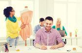 Créateurs de mode souriants travaillant au cabinet — Photo
