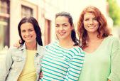 Sorrindo com adolescentes na rua — Foto Stock