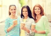 Sonrientes jovencitas con calle — Foto de Stock