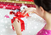 Close up of woman decorating christmas present — Foto Stock