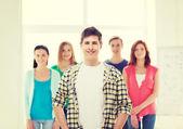 Lächelnd männlich student mit gruppe von klassenkameraden — Stockfoto