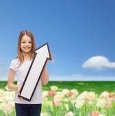 Leende liten flicka med blank pil som pekar uppåt — Stockfoto