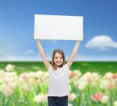 Bambina sorridente che tiene scheda bianca in bianco — Foto Stock