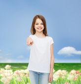 Bambina sorridente in t-shirt bianca vuota — Foto Stock