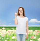 微笑的小女孩,在白色的空白 t 恤 — 图库照片