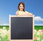 Bambina felice con lavagna vuota — Foto Stock