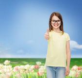 улыбка милая маленькая девочка в черной оправы — Стоковое фото