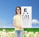 Ragazza in occhiali da vista con occhio controllo grafico — Foto Stock