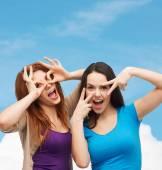 улыбающиеся девочки-подростки с удовольствием — Стоковое фото