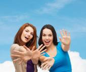 Gülümseyen genç kızlar eğleniyor — Stok fotoğraf