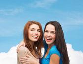 Sarılma gülümseyen genç kızlar — Stok fotoğraf