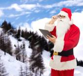Homme en costume du père Noël avec tablet pc — Photo