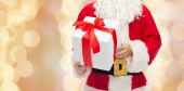 Close up of santa claus with gift box — Stock fotografie