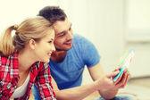 Leende par ser på färg prover hemma — Stockfoto
