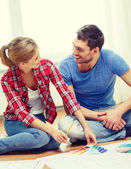 Gülümseyen çift evde renk örnekleri — Stok fotoğraf
