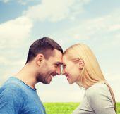 пара улыбаясь, глядя друг на друга — Стоковое фото