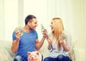 Par med pengar och piggybank ot tabell hemma — Stockfoto