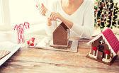 Nahaufnahme von Frau Lebkuchen Häuser machen — Stockfoto
