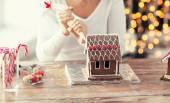 Nahaufnahme von Frau Lebkuchenhaus zu Hause machen — Stockfoto