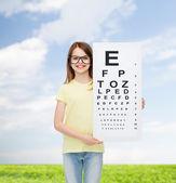 小女孩在眼科检查图表眼镜 — 图库照片