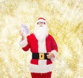 Mann im Kostüm des Weihnachtsmannes mit Euro-Geld — Stockfoto