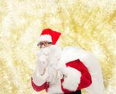 Mann im Kostüm des Weihnachtsmannes mit Tasche — Stockfoto